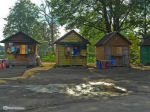 Домики с самоварами с чаем на трассе E105 (дер. Крестцы)