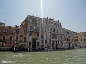 Здание на воде