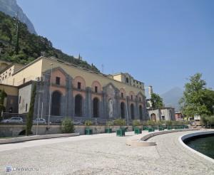 Здание старинной ГЭС Понале (Centrale idroelettrica del Ponale)