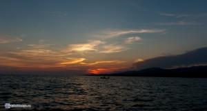 Шикарная картинка - море, лодка, зарево