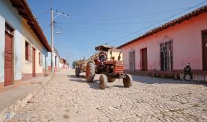 Трактор на центральной улице